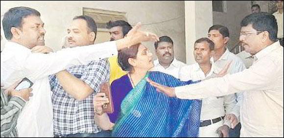 લોકસભા ઉમેદવારની સેન્સ લેવાતી હતી ત્યારે જ આવી ગયા BJPના ઉમેદવાર ઝપાઝપી પર