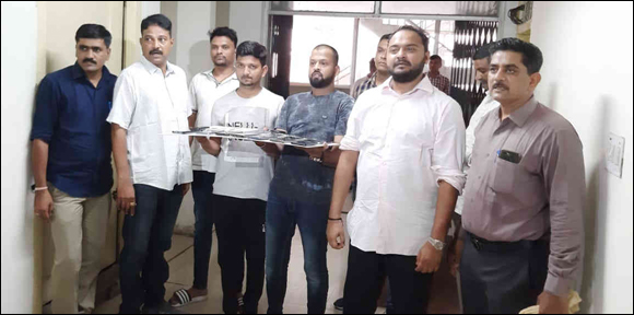 વડોદરા: પોસિબી પોલીસે બાતમીના આધારે વિવિધ જગ્યાએ સટ્ટો રમાડનાર મુંબઈના બુકીની વડોદરાથી ધરપકડ કરી