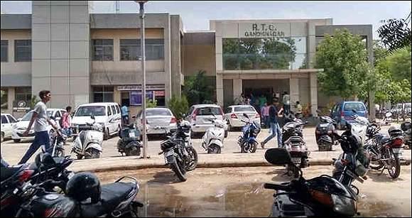 ગાંધીનગર આરટીઓનું અણધડ આયોજન: વાહનોની નોંધણી ન થતા એજન્ટોની સાથે વાહન માલિકો પણ મૂંઝવણમાં