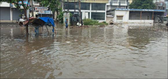 ઓલપાડમાં બે કલાકમાં  ચાર ઇંચ વરસાદ ખાબકતા નીચાળવાળા વિસ્તારોમાં પાણી ઘુસ્યા :કામરેજમાં અનેક સોસાયટીઓ જળબંબોળ
