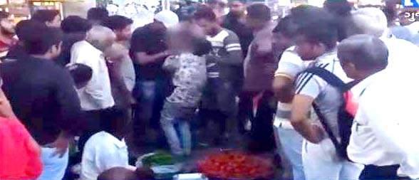 ભરૂચના તુલસીધામ શાકમાર્કેટ નજીક ચોરીના આરોપમાં સગીરને લોકોના ટોળાએ ઢોરમાર માર્યો :વિડિઓ વાયરલ