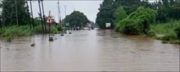 સુરતમાં ભારે વરસાદના કારણે માંડવી  અને કીમને જોડતા  હાઇ-વે ઉપર પાણી ફરી વળતા રસ્તો બંધ