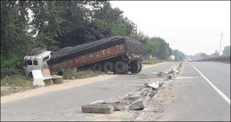 પાલનપુર-ડીસા હાઇવે પર કુશ્કલ ગામ નજીક ટ્રેલર ચાલક ડિવાઈડર તોડી ખેતરમાં ઘૂસી ગયો