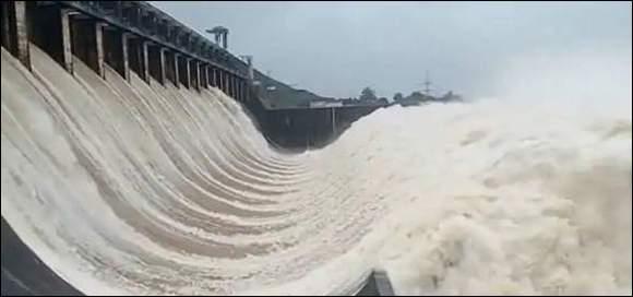 ઉકાઇ ડેમમાંથી સતત પાણી છોડાતા તાપી નદી બે કાંઠે