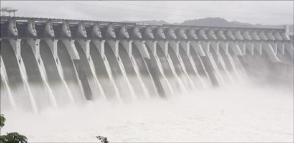 ઉપરવાસમાંથી પાણીની આવક થતા રાત્રે 8 કલાકે સરદાર સરોવર નર્મદા ડેમ ની સપાટી ૧૩૬.૭૯ એ પહોંચી