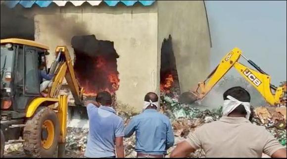 દેડિયાપાડા એ.પી.એમ.સી.ના ગોડાઉનમા ભિષણ આગ લાગતા લાખોના નુકશાનનો અંદાજ