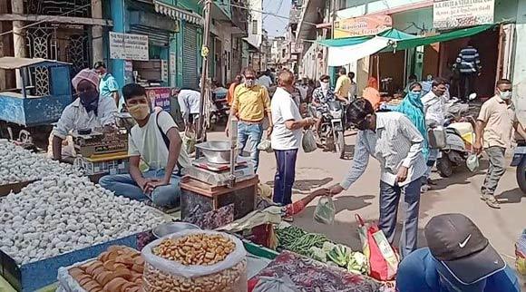 રાજપીપળા શાક માર્કેટની દુકાનમાં 10 માણસો ભેગા કરનાર વેપારી વિરુદ્ધ ગુનો દાખલ