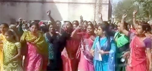 પાલનપુરમાં બેટી બચાવોના સરકારી કાર્યક્રમમાં આશા વર્કર બહેનોઅે હોબાળો મચાવ્યોઃ મહિલા દિને બતાવ્યું રણચંડી સ્વરૂપ