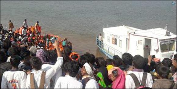 નર્મદા નદીમાં બોટ પલ્ટી મારી જતા 30 લોકો ડૂબ્યા :મહિલા-બાળકો સહીત છ લોકોના મોત