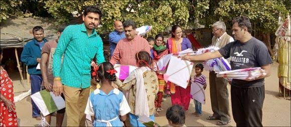 ગાંધીનગરમાં કોîગ્રેસ દ્વારા શ્રમિકોના બાળકોને પતંગોનું વિતરણ
