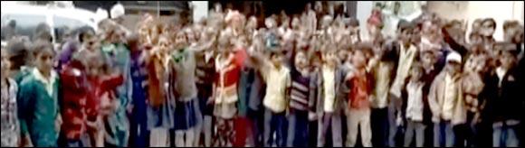 બનાસકાંઠાના ભાદરા ગામની શાળામાં ૩ વર્ષથી ખુલ્લામાં અભ્યાસ કરતા વિદ્યાર્થીઓઃ વર્ગ ખંડ બનાવવાની માંગ સાથે ઘેરાવ