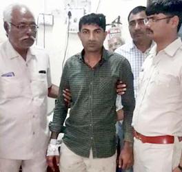 સલાયામાં પોલીસ ટુકડી ઉપર હુમલો :ત્રણ ઘાયલ: કોન્સ્ટેબલ મુકેશ કેસરિયા ગંભીર :જામનગર ખસેડાયો :છ શખ્શો વિરુદ્ધ ગુન્હો
