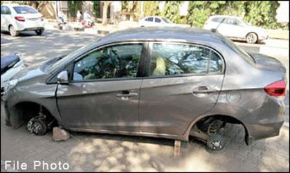 ગાંધીનગરમાં તસ્કરોનો તરખાટઃ પાર્ક કરેલી ગાડીઓમાંથી ટાયરોની ઉઠાંતરી