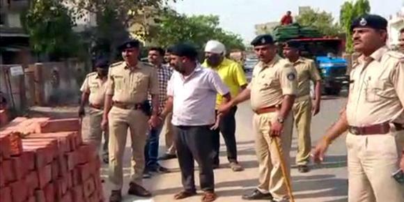 અમદાવાદના ઇસનપુરમાં વ્યાજખોર બાપ બેટાનું પોલીસે કાઢ્યું સરઘસ :50થી વધુ અરજીઓ આવી :પોલીસે ઘડ્યો એક્શન પ્લાન
