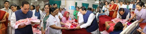 મહિલા દિવસની અનોખી ઉજવણીઃ મુખ્યમંત્રીએ 'નન્હી પરી'ને વધાવી ભેટ સોગાદો અર્પણ કરી