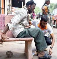 વડતાલ સ્વામિનારાયણ મંદિરની ટીમ દ્વારા ગામડે ગામડે ફરી બે હજાર ચપ્પલોનું કર્યું વિતરણ
