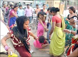 વિદ્યાનગરમાં અસલી-નકલી કિન્નરો વચ્ચે મારપીટ: પેટલાદના કિન્નરોએ લમધાર્યો: લોકોના ટોળા જમ્યા