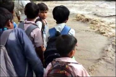 અરવલ્લી : ધામણી નદીમાં ઘોડાપુર :ચપલાવત ગામ સંપર્ક વિહોણું: 30 વિદ્યાર્થીઓ ફસાયા:વાલીઓ ચિંતિત
