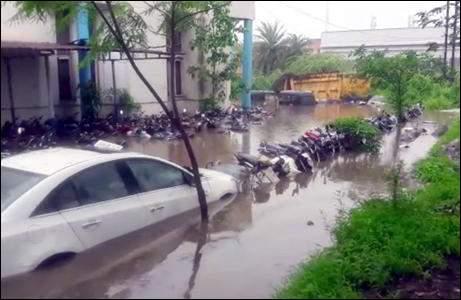 દક્ષિણ ગુજરાતમાં મેઘરાજાની મહેર હવે કહેર બનીઃ અવિરત વરસાદના કારણે અનેક નદીઓમાં ઘોડાપૂરઃ સુરતના સચિન જીઆઇડીસી પોલીસ સ્ટેશનમાં પાણી ભરાતા જપ્ત કરાયેલા વાહનો ડુબી ગયાઃ અનેક જગ્યાએ વૃક્ષો અને દિવાલો ધરાશાયીઃ નવસારીના ગણદેવીમાં વેંગણિયા નદીમાં ભારે પૂર આવતા એક ગામ સંપર્કવિહોણુઃ રાજ્યમાં ૧૯૭ રસ્તાઓ બંધ