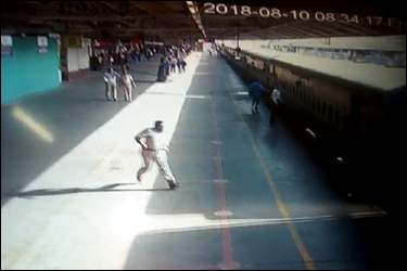 અમદાવાદમાં રેલવે સ્ટેશન ઉપર પી.અેસ.આઇ. અને ટીમે ચાલુ ટ્રેનમાંથી પડી ગયેલ મહિલાનો જીવ બચાવ્યો