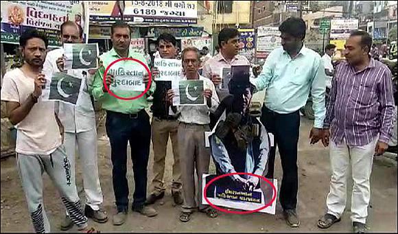 સુરતઃ કોંગ્રેસ કાર્યકરોઅે પાકિસ્તાનનાં PM ઇમરાન ખાનનાં પુતળાનું જાહેરમાં દહન કર્યુ