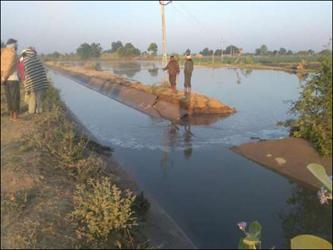 રાધનપુર તાલુકામાં એક જ દિવસમાં નર્મદા યોજનાની બે કેનાલો તૂટી : સ્થાનિકોમાં રોષ