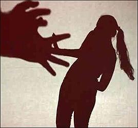 અમદાવાદના સોલા વિસ્તારમાં એક તરફી પ્રેમમાં પાગલ યુવાને ડોક્ટર મહિલાનો પીછો કરી એસિડ છાંટી જાનથી મારી નાખવાની ધમકી આપતા કાર્યવાહી હાથ ધરાઈ
