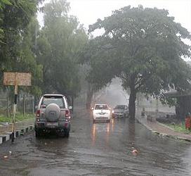 સાપુતારામાં ભરબપોરે વરસાદ :ગરમીના પ્રકોપ વચ્ચે અચાનક વાતાવરણમાં પલટો :ઠંકડ પ્રસરી