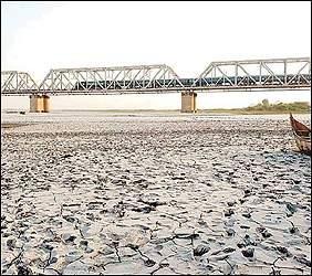 ૧૬૧ કિલોમીટરમાં વહેતી ગુજરાતની જીવાદોરી સમાન ભરૂચ નજીકની નર્મદા નદી બની સુકીભઠ્ઠ