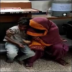 ગોધરા રેલવે સ્ટેશને અનોખો નજારોઃ ૧ વર્ષથી ગુમ કિશોરનું પરિવાર સાથે પોલીસે મિલન કરાવ્યું