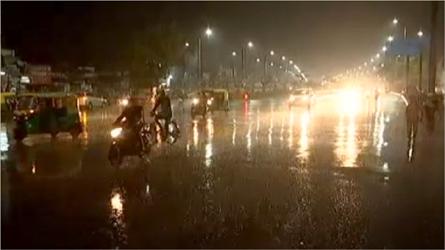 રાત્રે સુરતમાં મેઘરાજાની પધરામણી :ખુશીનો માહોલ :વરસાદની માજા માણવા લોકો રસ્તાઓ અને ઘરની અગાસીઓ પર પહોંચ્યા