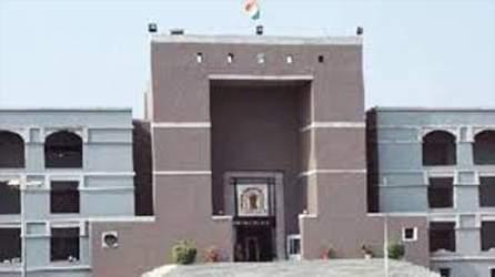 પોલીસના કામના કલાકો સહિતના મુદ્દે ગુજરાત હાઇકોર્ટમાં સુઓમોટો:રાજ્ય સરકાર સહીત પક્ષકારોને નોટિસ ફટકારી