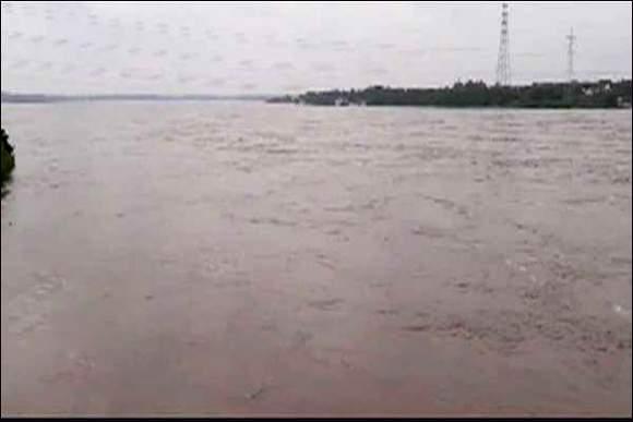 વડોદરાની મહિસાગર નદીનું રૌદ્ર સ્વરૂપ: પૂરની સ્થિતિ :કાંઠાના 13 ગામોને એલર્ટ