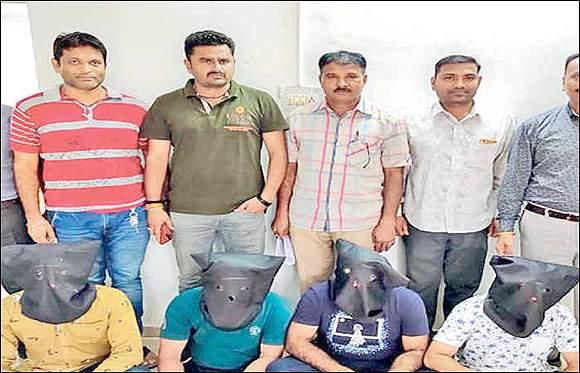 ગાંધીનગર સે-21માં અમદાવાદના જમીન દલાલને નોટ બદલાવી આપવાની લાલચ આપી ગઠિયા ટોળકીએ 1 લાખનો ચૂનો ચોપડ્યો