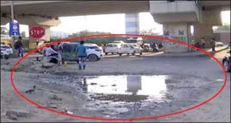 ગુજરાતમાં પાંચ વર્ષમાં ૮૨૫ વ્યક્તિના રોડ પરના ખાડાને લીધે મોત : તંત્રના પેટનું પાણી  હલ્યું નથી
