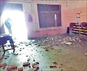 કપડવંજના મુવાડા ગામે પ્રાથમિક શાળા જર્જરિત હાલતમાં: છત પરથી પોપડા પડ્યા: વેકેશન હોવાના કારણે મોટી દુર્ઘટના થતા બચી