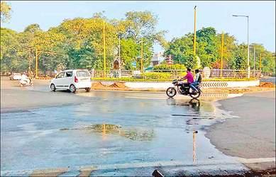ગાંધીનગરમાં ગ-3સર્કલ નજીક વેડફાતા પાણીના જથ્થાને અટકાવવા માટે તંત્ર અસફળ રહ્યું: વાહનચાલકોને અવરજવર કરવામાં હાલાકી