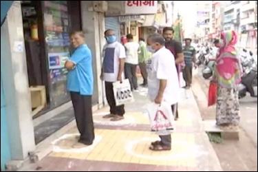 ગુજરાતમાં સોશ્યલ ડિસ્ટેન્સિંગની અનોખી પહેલઃ વડોદરામાં દુકાનદાર દ્વારા દુકાનની બહાર ગ્રાહકો માટે વર્તુળ બનાવીને તેમાં ઉભા રહીને ખરીદી કરવા અપીલ