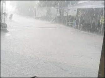 રાત્રે અમદાવાદના વાતાવરણમાં પલટો : અનેક વિસ્તારોમાં ગાજવીજ વરસાદ : જમાલપુરમાં કરા પડ્યા: બહેરામપુરામાં વૃક્ષ ધરાશાયી