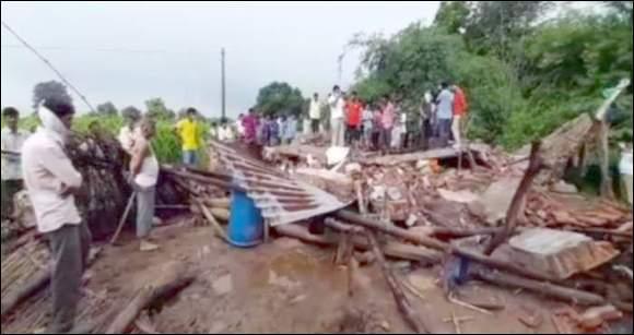 પંચમહાલ જાંબુઘોડામાં ભારે વરસાદથી મકાન  ધરાશાયી : એક જ પરિવારના 3 લોકોના મોત