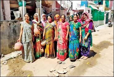 પાલનપુર:ઉનાળાની શરૂઆતમાં જ શહેરના જુદા જુદા વિસ્તારમાં પાણી ન આવતા મહિલાઓએ માટલા ફોડી વિરોધ દેખાડયો
