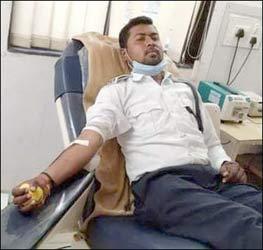 રાજપીપળા સિવિલમાં દાખલ બીમાર વ્યક્તિને ટ્રાફિક બ્રિગેડના જવાને લોહી આપી જીવતદાન આપ્યું