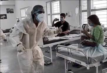 'સોચના ક્યા જા ભ. હોગા દેખા જાયેગા...' ગીતનું ગાયન કરીને વડોદરાની પારૂલ હોસ્પિટલમાં તબીબો અને સ્ટાફ દ્વારા દર્દીઓનો તનાવ ઓછો કરવા પ્રયાસ