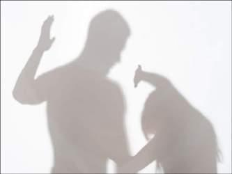 અમદાવાદમાં પત્નીને પરપુરૂષ સાથેના આડાસંબંધની શંકામાં પતિએ કૂતરાને ટ્રેઇન કરવાની સ્ટીકથી ફટકારીને છરીની અણીએ સ્યુસાઇડ નોટ લખાવીને સસરાને મોકલીઃ પત્નીની પોલીસ ફરિયાદ