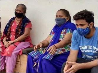 વડોદરાના ખોડિયારનગર ચાર રસ્તા નજીક તબીબોની બેદરકારીના કારણોસર યુવાન દર્દીનું મોત નિપજતા પરિવારના સભ્યોનો હોબાળો