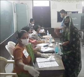 ગુજરાતની મનપાની ચૂંટણીમાં મતદાન સમયે જે તે વોર્ડમાં કોવિડ ગાઇડલાઇનનું યોગ્ય પાલન માત્રને માત્ર ૧ર વોર્ડમાં જ થયુ