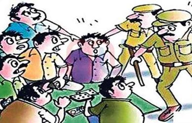 કુંવરપરા ગામની સીમમાં જુગાર રમતા 4 શખ્સોને રૂપિયા 42,720 ના મુદામાલ સાથે પોલીસે ઝડપી લીધા