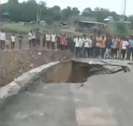 બનાસકાંઠા જીલ્લાના પાલનપુરમાં ગાજવીજ સાથે ધોધમાર વરસાદઃ વેડંચાથી હોડા ગામનો જાડતો લડબી નદી ઉપરનો પુલ કાગળની જેમ તૂટી પડ્યો