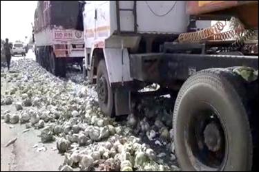 ખેડૂતો વિફર્યાઃ સાબરકાંઠા-પ્રાંતીજ હાઇવે પર શાકભાજીના ટ્રકો ઠાલવી દર્શાવ્યો વિરોધ