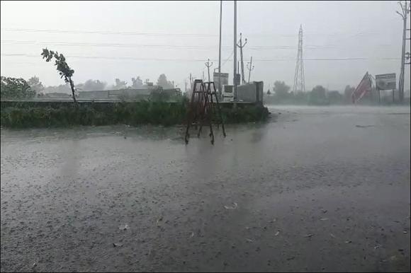 રાજ્યમાં વરસાદે વિદાય લીધાના એંધાણ વચ્ચે કાળઝાળ ગરમીમાં સુરત અને જૂનાગઢ પંથકમાં વરસાદથી રાહત